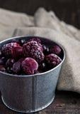 Замороженные ягоды смешивают в черном шаре на деревянной предпосылке Стоковое Изображение RF