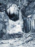 Замороженный водопад между утесами Упаденный водопад мембраны сосульки, Стоковое фото RF