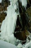 Замороженный водопад среди утесов Водопад замерзает, огромные сосульки Лед белый и голубой Водопад зимы E стоковые изображения