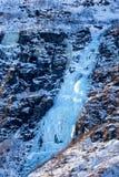 Замороженный водопад с голубым льдом в Норвегии стоковая фотография rf