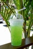 Замороженный лимонный сок в чашке взятия отсутствующей пластичной Стоковые Фотографии RF