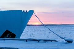 Замороженный кабель корабля под снегом, палом на пристани в зиме Стоковые Изображения