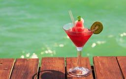 Замороженный коктеиль дайкири клубники на деревянной пристани Концепция Стоковое Фото