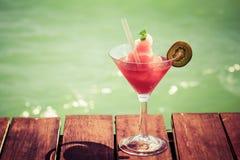 Замороженный коктеиль дайкири клубники на деревянной пристани Концепция Стоковые Изображения