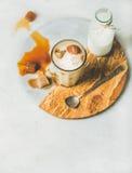 Замороженный коктеиль кофе latte карамельки с молоком в стекле стоковое фото