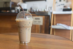 Замороженный кофе в стекле отсутствующей чашки взятия пластичном на деревянной таблице i Стоковые Фотографии RF