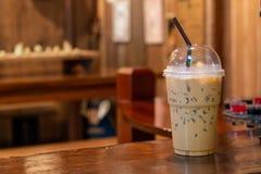 Замороженный кофе на деревянном столе в кофейне Стоковые Изображения