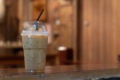 Замороженный кофе на деревянном столе в кофейне Стоковое Изображение
