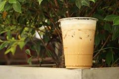 Замороженный кофе на цементе на парке Стоковые Изображения
