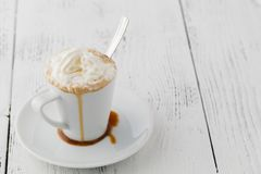 Замороженный кофе с взбитым мороженым молока и карамельки в высокорослых стеклах на деревенском деревянном столе, селективном фок Стоковое Изображение RF