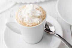 Замороженный кофе с взбитым мороженым молока и карамельки в высокорослых стеклах на деревенском деревянном столе, селективном фок Стоковые Изображения RF