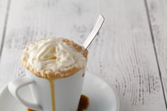 Замороженный кофе с взбитым мороженым молока и карамельки в высокорослых стеклах на деревенском деревянном столе, селективном фок Стоковые Изображения
