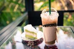 Замороженный кофе с чизкейком кокоса на таблице в кофе кафа Стоковое Изображение