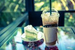 Замороженный кофе с чизкейком кокоса на таблице в кофе кафа Стоковое Фото