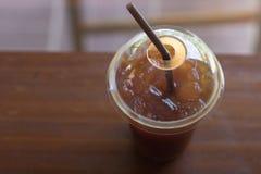 Замороженный кофе Americano в стекле отсутствующей чашки взятия пластичном на wo Стоковое Фото
