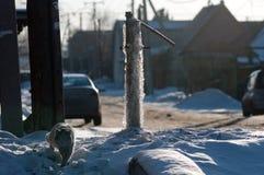 Замороженный вод-кран на утесе льда стоковые изображения rf