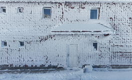Замороженный дом в сцене зимы стоковое фото rf