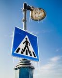 Замороженный дорожный знак для пешеходов с уличным фонарем выше Стоковая Фотография RF