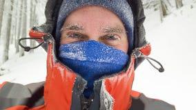 Замороженный портрет человека в сцене зимы стоковое изображение rf