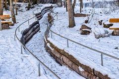 Замороженный поток горы в середине снега и утесы вдоль запрета Стоковые Фото