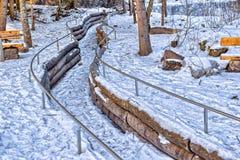 Замороженный поток горы в середине снега и утесы вдоль запрета Стоковая Фотография RF