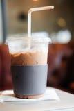 Замороженный холодный кофе mocha с держателем бумажного стаканчика Стоковые Фото