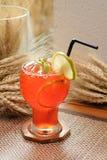 Замороженный чай лимона с украшением известки и мяты на предпосылке деревянных и хлопьев - мягком фокусе Стоковые Фото
