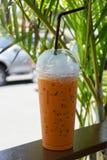 Замороженный чай молока в чашке взятия отсутствующей пластичной Стоковое фото RF