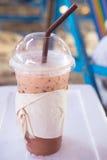 Замороженный шоколад с соломой в пластичной чашке Стоковые Фотографии RF