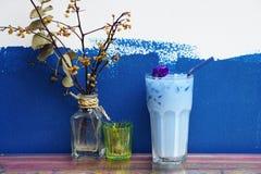 Замороженный Latte гороха бабочки с ручкой молока и циннамона на деревянном столе Стоковое Изображение
