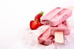 3 замороженных popsicles с ингридиентами клубники Стоковые Изображения