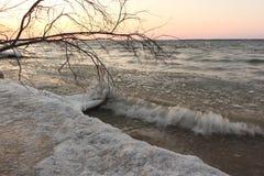 Заморозьте в замерзая реке осенью на заходе солнца, резервуаре Ob, Sib стоковые фотографии rf