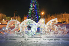 Заморозьте 2016 диаграмм на рождественской елке в городе ночи Стоковые Фотографии RF