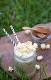 Заморозьте какао при циннамон и взбитая сливк украшенные с попкорном карамельки Стоковое фото RF