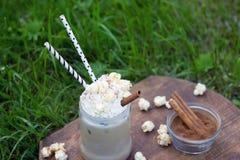 Заморозьте какао при циннамон и взбитая сливк украшенные с попкорном карамельки Стоковое Изображение