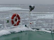 Заморозьте на палубе и плавая порывистом льде в океане Стоковое Изображение