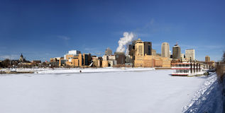 Заморозьте покрытую реку Миссисипи с горизонтом St Paul, Минесотой, США стоковое фото rf