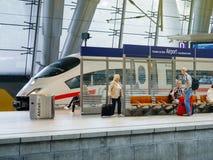 ЗАМОРОЗЬТЕ скорый поезд в коммутировать авиапорта Франкфурта станции Германии Стоковые Изображения RF