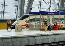 ЗАМОРОЗЬТЕ скорый поезд в коммутировать авиапорта Франкфурта станции Германии Стоковая Фотография RF