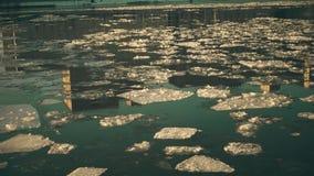 Заморозьте смещение на здание города реки отражая видео 4K акции видеоматериалы