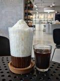 Заморозьте снежное молоко и холодный кофе в расслабляющем кафе Стоковое Изображение RF