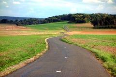 Замотка проселочной дороги малой страны через сельскую местность Стоковая Фотография RF