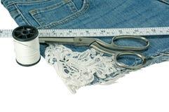 Замыкает накоротко пилить джинсов diy с шнурком Стоковые Фотографии RF