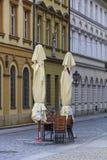 2 замысловатых зонтики, стулья и таблицы ресторана Стоковая Фотография
