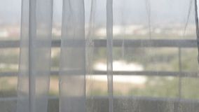 Занавесы двигают от ветра с взглядом от окна видеоматериал