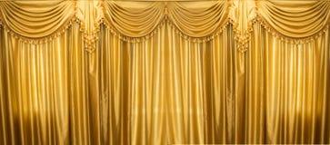 Занавесы золота на этапе Стоковое Изображение