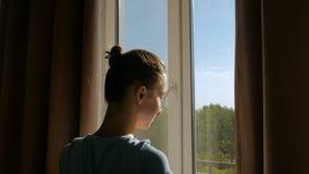 Занавесы окна отверстия женщины видеоматериал