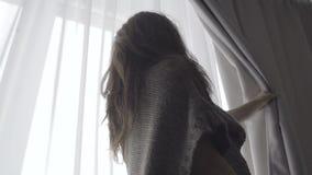 Занавесы отверстия девушки в спальне акции видеоматериалы