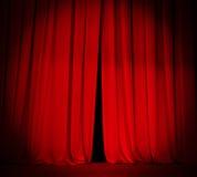 Занавес этапа театра красный с предпосылкой фары Стоковые Изображения RF