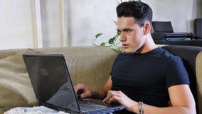Заниманный, потревоженный человек работая на потревоженном компьютере, Стоковые Фото